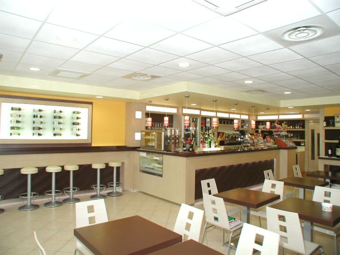 un moderno arredamento per bar a brescia